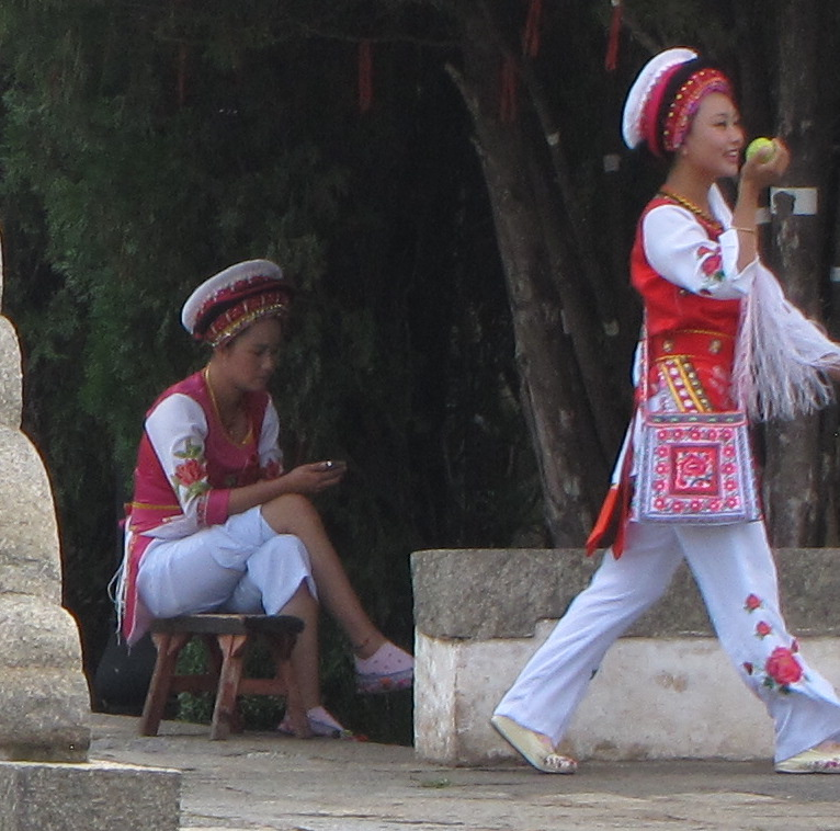 People dressed in Traditional Yunan clothing
